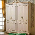 Lemari Pakaian Klasik Putih 4 Pintu